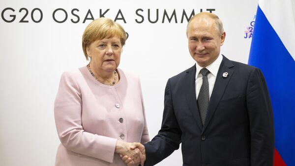 El presidente ruso, Vladímir Putin y la canciller alemana, Angela Merkel, durante la cumbre del G-20 en Osaka - Sputnik Mundo