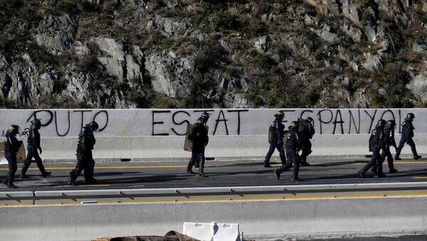 La Policía española en la carretera AP-7 en la frontera con Francia - Sputnik Mundo