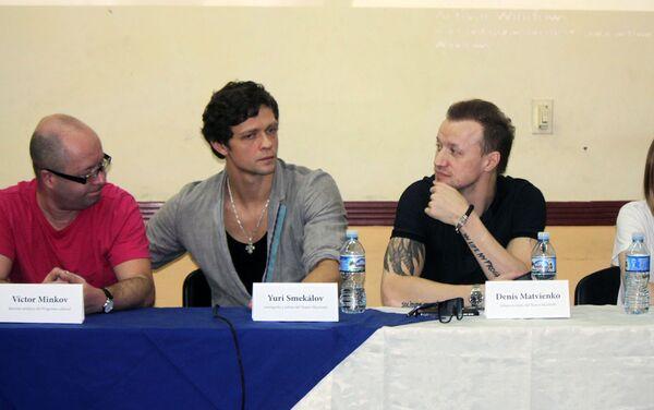 Victor Minkov, director artistico, el coreógrafo Yuri Smekálov, el solista Denís Matvienko, y la fotógrafa Darián Vólkova - Sputnik Mundo