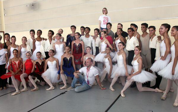 Miembros de la delegación cultural de San Petersburgo con alumnos de la Escuela Nacional de Ballet de Cuba - Sputnik Mundo