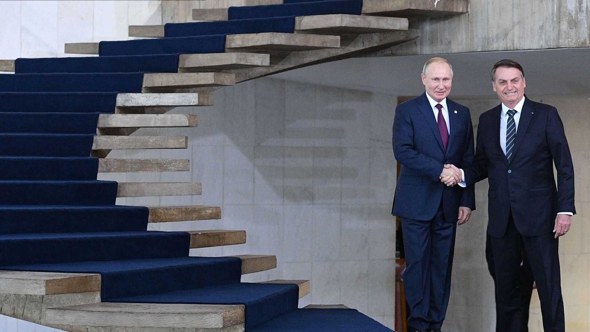 Los presidentes de Rusia y Brasil, Vladímir Putin y Jair Bolsonaro, se encuentran al margen de la cumbre BRICS - Sputnik Mundo, 1920, 02.05.2021
