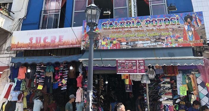 El Mercado andino de Liniers cuenta con tiendas misceláneas de la comunidad boliviana