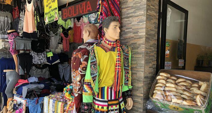 Indumentaria típica de Bolivia entre otras prendas a la venta en el Mercado andino de Liniers