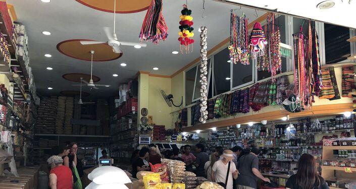 Objetos típicos bolivianos ente otros productos en comercio del Mercado andino de Liniers