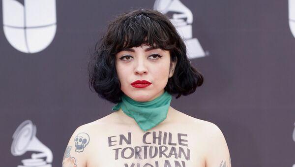 Mon Laferte, cantante chilena en la alfombra roja de los Latin Grammy  - Sputnik Mundo