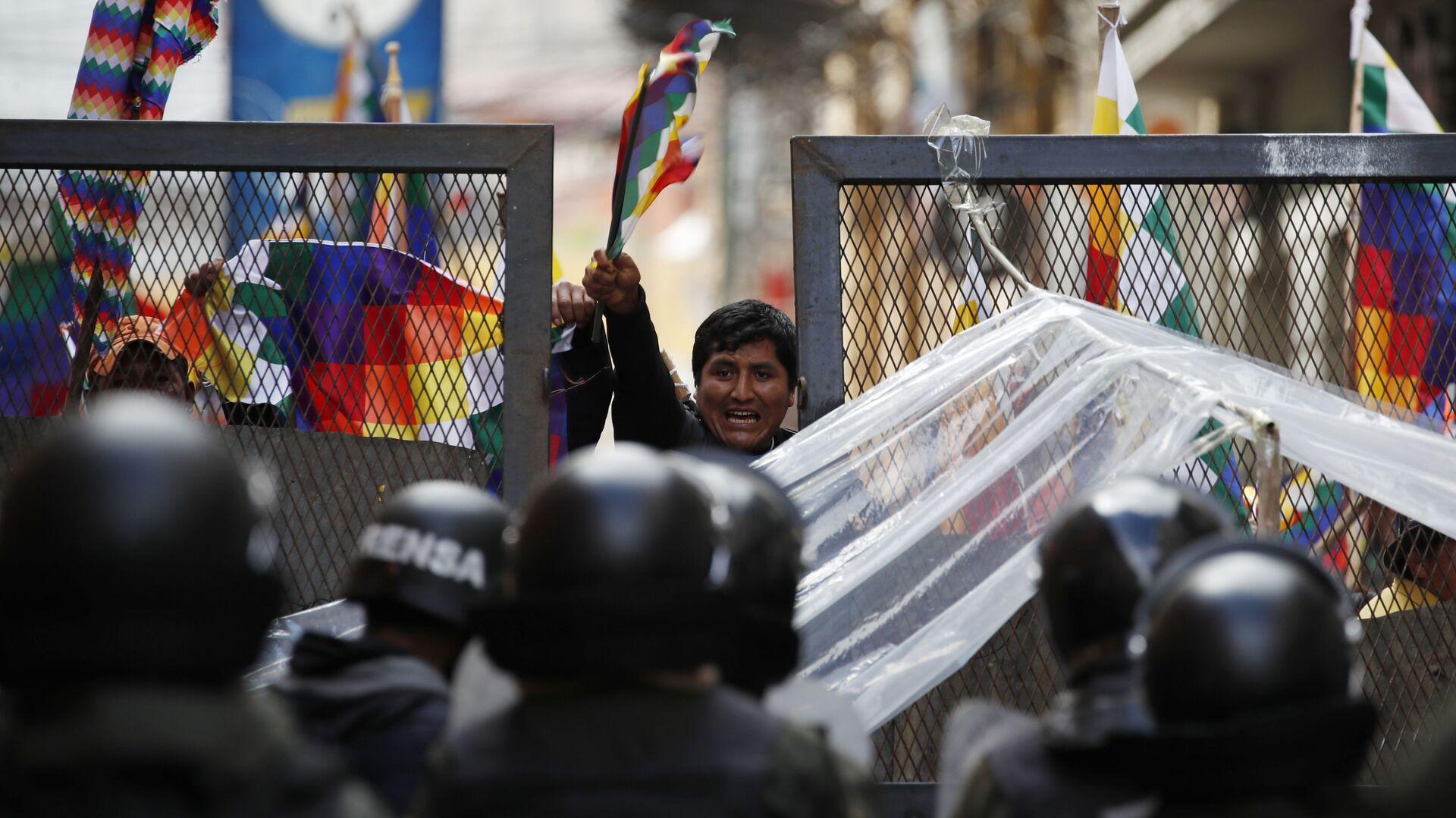 Сторонникам бывшего президента Эво Моралеса пытаются въехать в район Конгресса в Ла-Пасе, Боливия - Sputnik Mundo, 1920, 18.06.2021