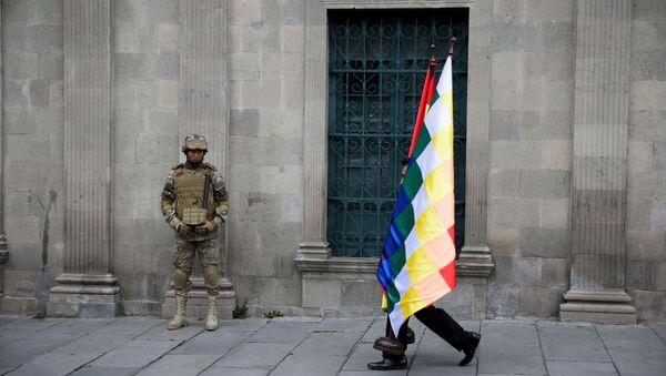 Un manifestante y un militar en La Paz, Bolivia - Sputnik Mundo
