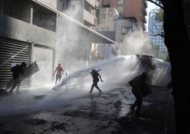 Carabineros dispersando una marcha en Santiago, Chile