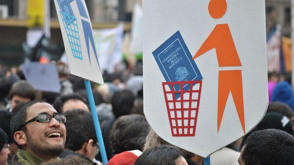 Manifestantes con carteles contra la Constitución de Chile - Sputnik Mundo