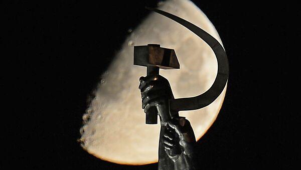 Una hoz y un martillo, símbolos comunistas - Sputnik Mundo