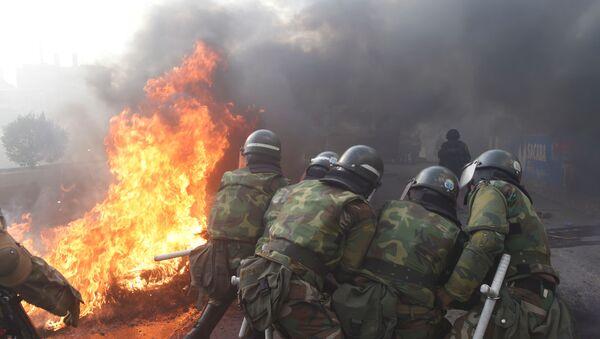 Miembros de la policía militar intentan destruir una barricada en Sacaba en las afueras de Cochabamba (Bolivia) - Sputnik Mundo