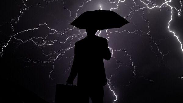 Los rayos y la sombra de una persona con paraguas - Sputnik Mundo