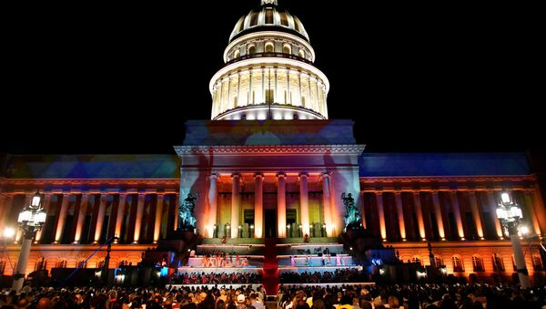 El capitolio de La Habana durante las festividades - Sputnik Mundo
