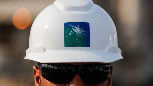 Un empreador con el casco de Saudi Aramco - Sputnik Mundo
