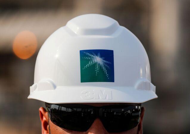 Un empleador con el casco de Saudi Aramco