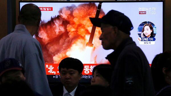 Una pantalla muestra el lanzameinto de un proyectil por Corea del Norte - Sputnik Mundo
