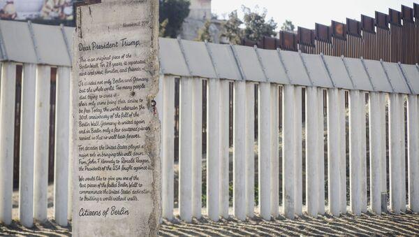 Una parte del Muro de Berlín se encuentra frente al muro fronterizo entre México y Estados Unidos - Sputnik Mundo