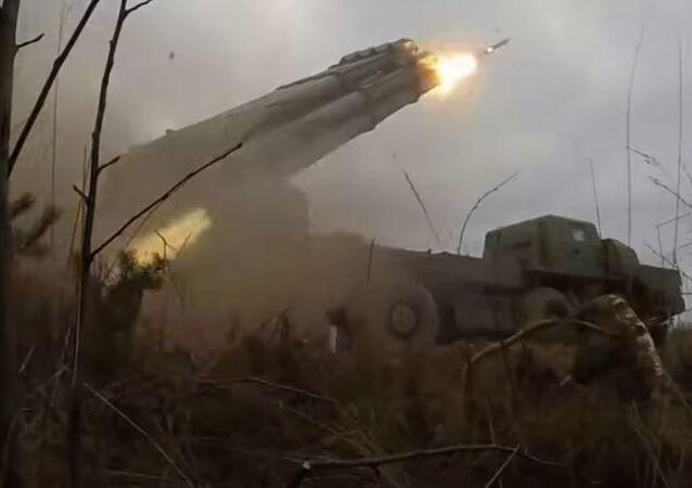 El sistema de misiles múltiples Smerch en acción