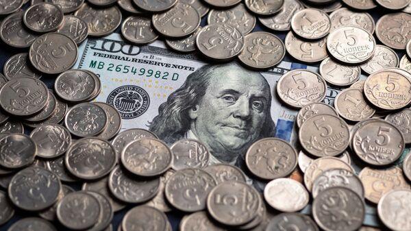 Un billete de cien dólares estadounidenses y monedas de cinco kópeks rusos - Sputnik Mundo