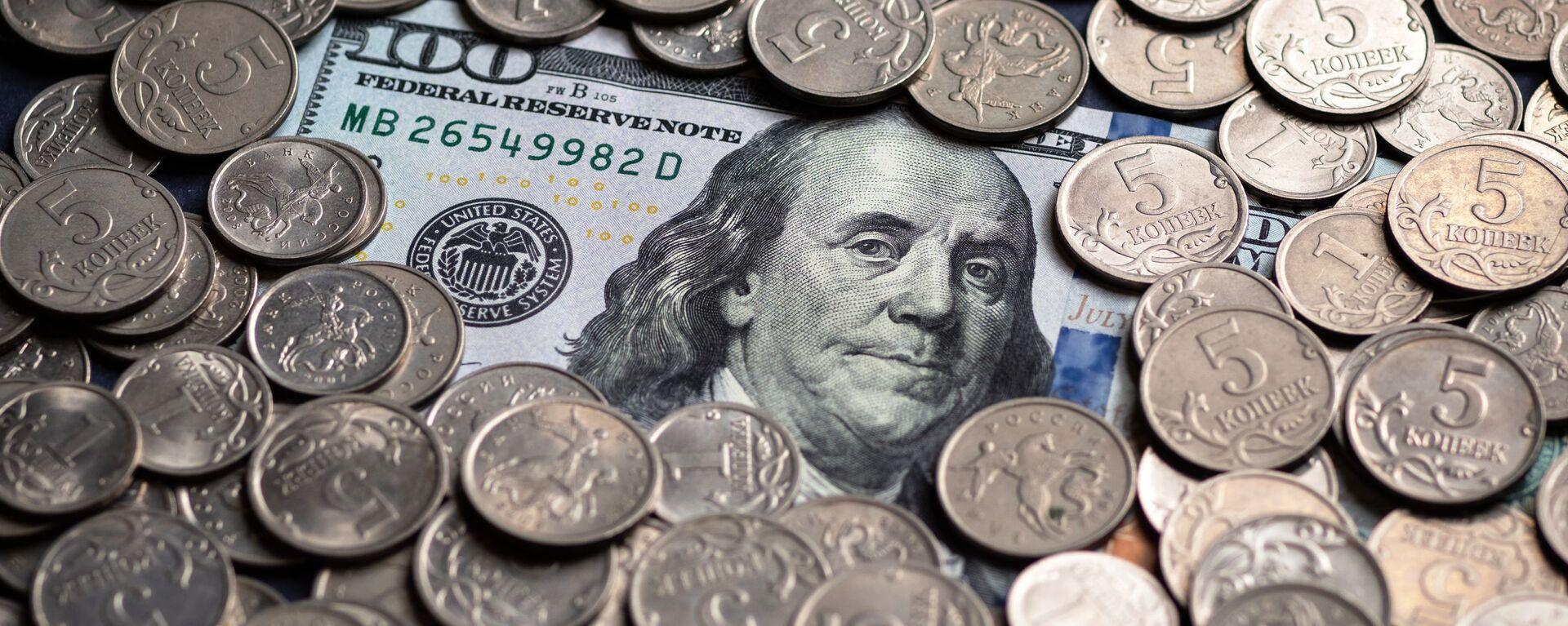 Un billete de cien dólares estadounidenses y monedas de cinco kópeks rusos - Sputnik Mundo, 1920, 23.05.2020