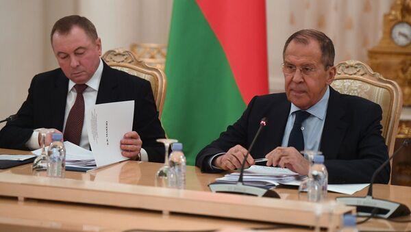 Los representantes de las Cancillerías de Rusia y Bielorrusia, Serguéi Lavrov y Vladímir Makéi - Sputnik Mundo