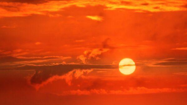El sol entre las nubes - Sputnik Mundo