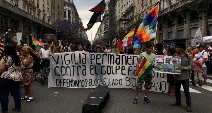 Carteles contra el golpe fascista y denuncias contra la violencia de la represión