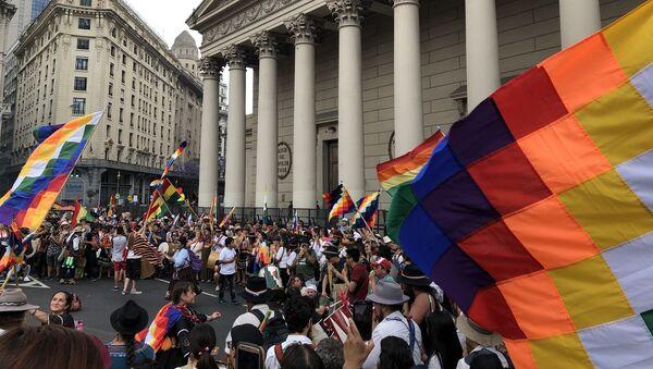 Cantos y bailes tradicionales frente a la Catedral Metropolitana de Buenos Aires - Sputnik Mundo