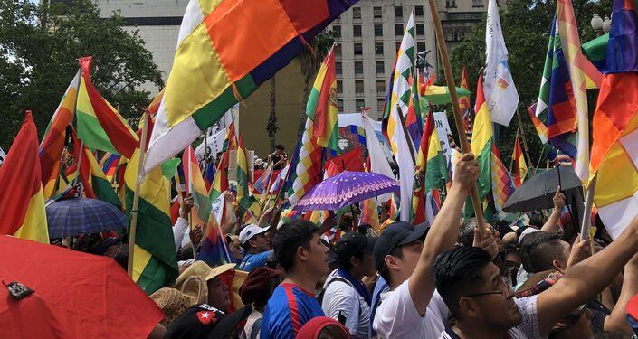 La Plaza de Mayo se pintó multicolor con las banderas boliviana y wiphala