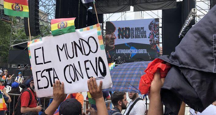 Manifestantes con carteles de apoyo a Evo Morales