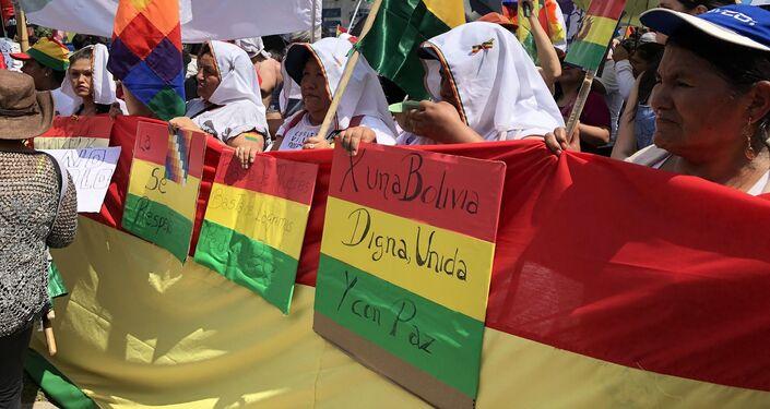 Banderas de Bolivia con proclamas de paz