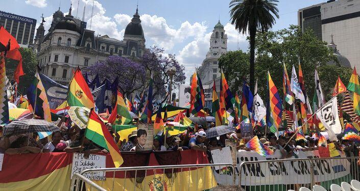 Manifestantes con la whipala y la bandera de Bolivia en Plaza de Mayo
