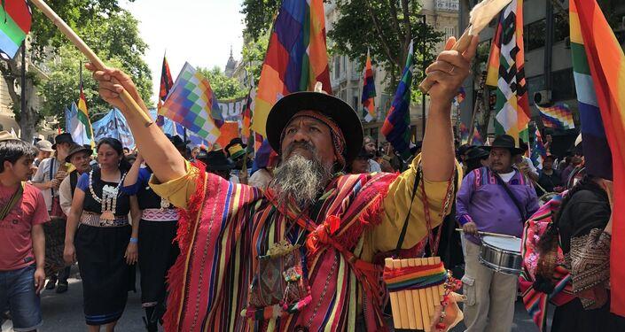 Hombre marcha contra el golpe de estado y la represión en Bolivia