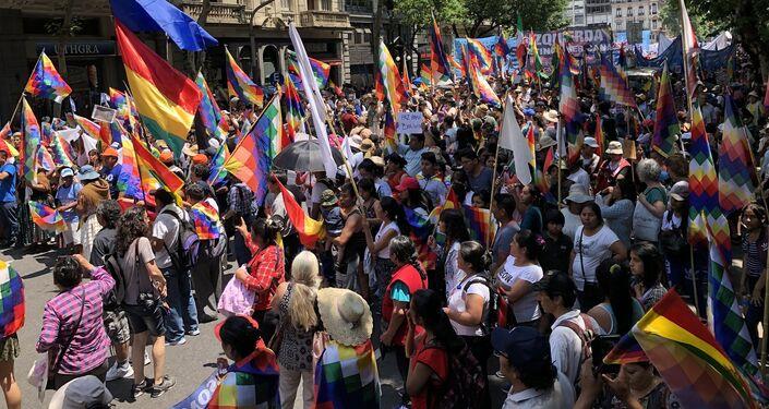 Avanza la marcha multicolor a favor de Evo y contra el golpe de Estado