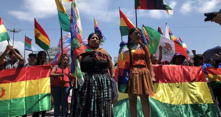 Mujeres al frente marchan embanderadas con la wiphala