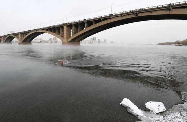 Член клуба зимнего плавания Криофил во время открытия купального сезона моржей в Красноярске - Sputnik Mundo