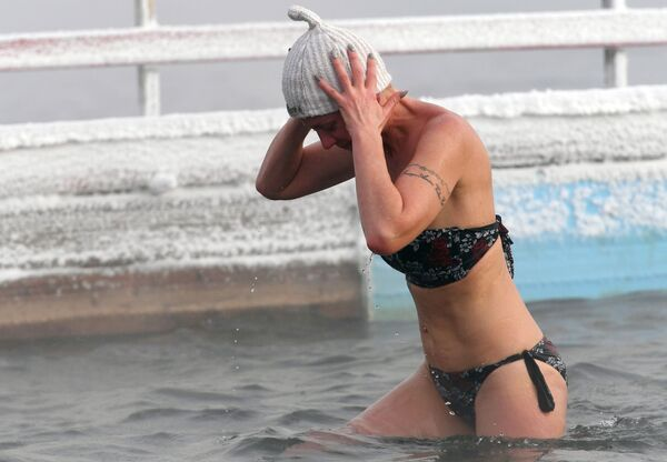 Una mujer que se ocupa de natación invernal, referencial - Sputnik Mundo