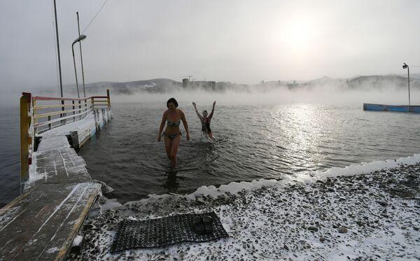 Члены центра холодового плавания Мегаполюс во время тренировки в реке Енисее при температуре минус 20 градусов  - Sputnik Mundo
