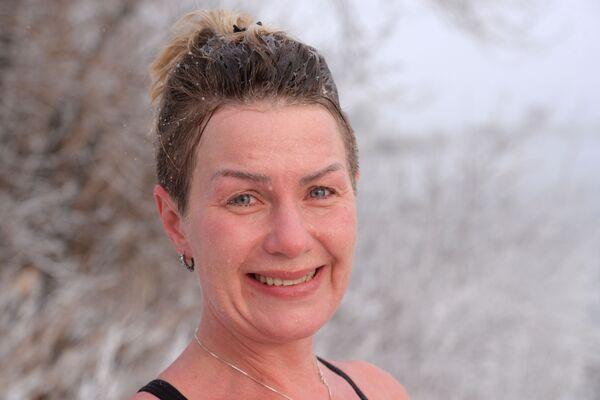Женщина на открытии купального сезона моржей в Красноярске - Sputnik Mundo