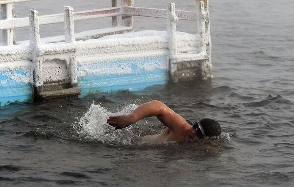 Заплыв на открытии купального сезона моржей в Красноярске - Sputnik Mundo