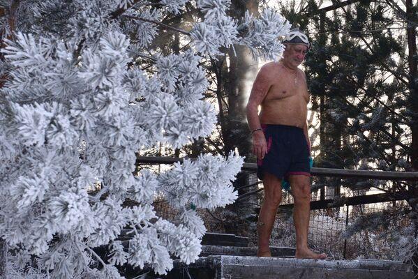 Член клуба зимнего плавания Криофил Иван Абросимов во время открытия купального сезона моржей в Красноярске - Sputnik Mundo