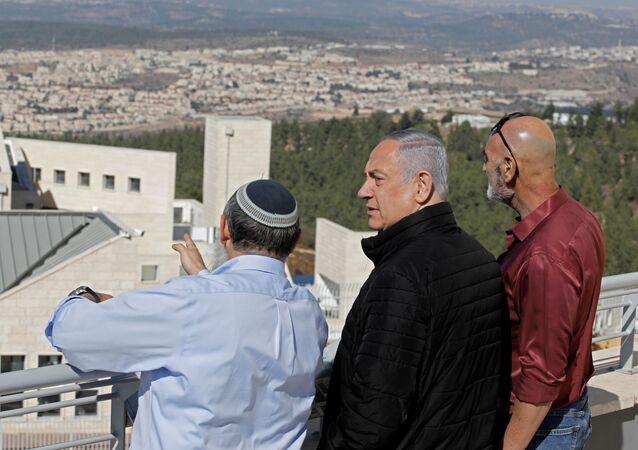 El primer ministro de Israel, Benjamín Netanyahu (centro), visita uno de los mayores bloques de asentamientos judíos en la Cisjordania
