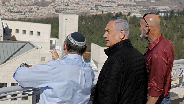 El primer ministro de Israel, Benjamín Netanyahu (centro), visita uno de los mayores bloques de asentamientos judíos en la Cisjordania - Sputnik Mundo