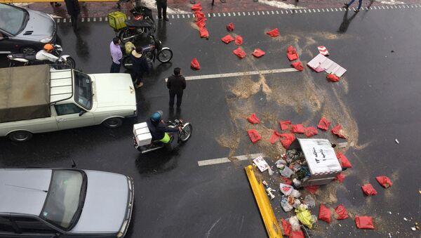 La gente protesta contra el aumento del precio de la gasolina en una carretera en Teherán (Irán) - Sputnik Mundo