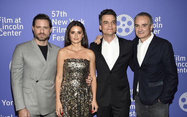 Edgar Ramirez, Penelope Cruz y Wagner Moura posan junto al director Olivier Assayas durante el estreno del 57 Festival de Cine de New York - Sputnik Mundo