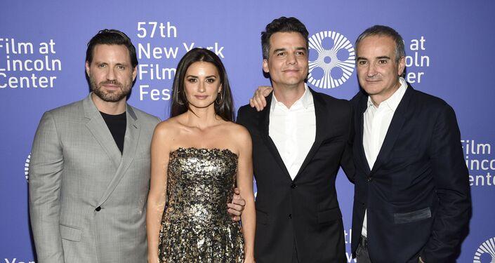 Edgar Ramirez, Penelope Cruz y Wagner Moura posan junto al director Olivier Assayas durante el estreno del 57 Festival de Cine de New York