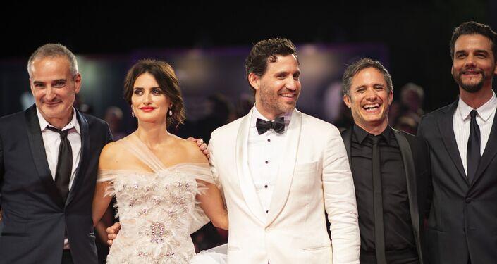 Los protagonistas del filme 'Red Avispa' en la alfombra roja del Festival de Venecia, Italia