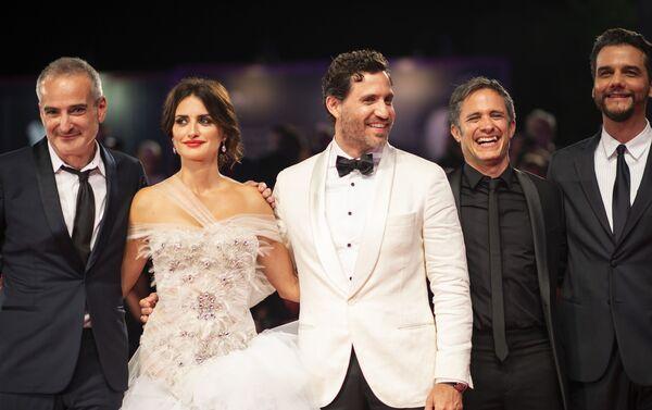 Los protagonistas del filme 'Red Avispa' en la alfombra roja del Festival de Venecia, Italia - Sputnik Mundo
