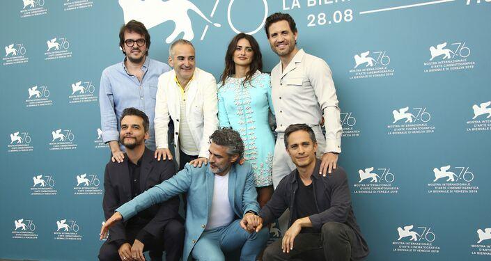 El equipo del filme 'Red Avispa' durante el estreno en la 76 edición del Festival de Venecia, Italia