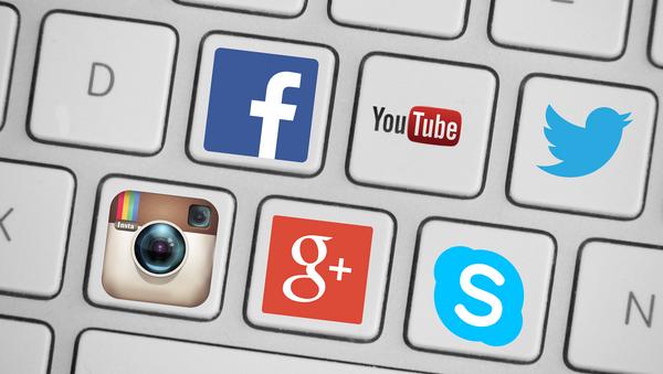 Un teclado con iconos de redes sociales - Sputnik Mundo